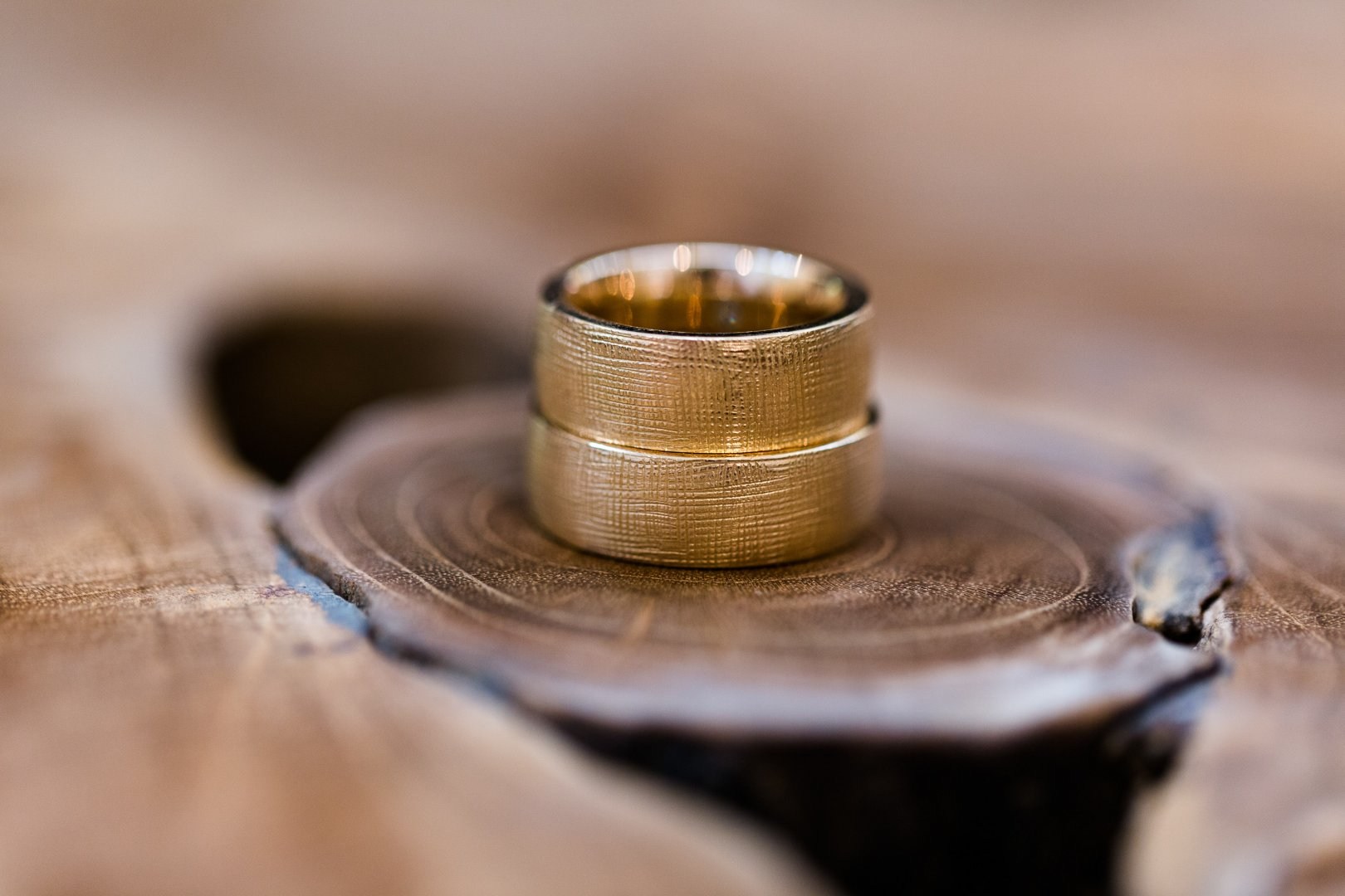 Brass Metal Close-up Ring Photography Wood Macro photography Fashion accessory Bronze Copper Wedding ceremony supply