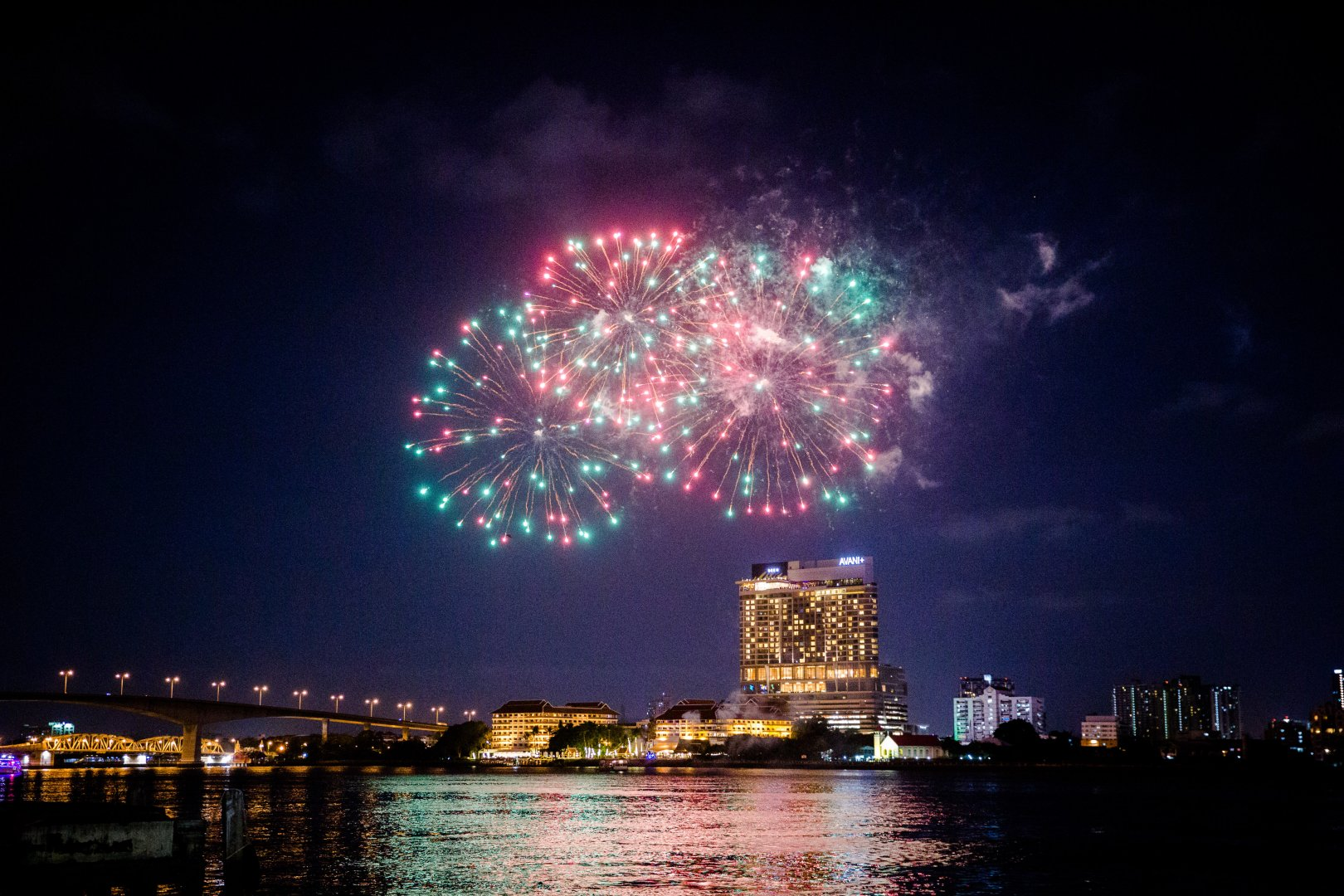 Fireworks Night Sky Metropolitan area City Landmark New Years Day Midnight Light Human settlement Cityscape Pink Event Urban area Lighting Reflection River Darkness Architecture Recreation Skyline Downtown Holiday New year's eve Metropolis New year Horizon Cloud Space Fête