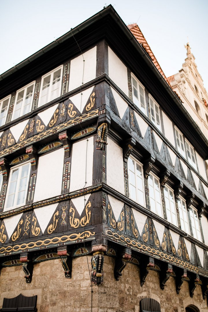 Architecture Building Facade Window Town House Wall Iron Urban area Balcony City Classical architecture Medieval architecture Symmetry Home Daylighting Apartment Mansion Listed building Tourism Street Arch