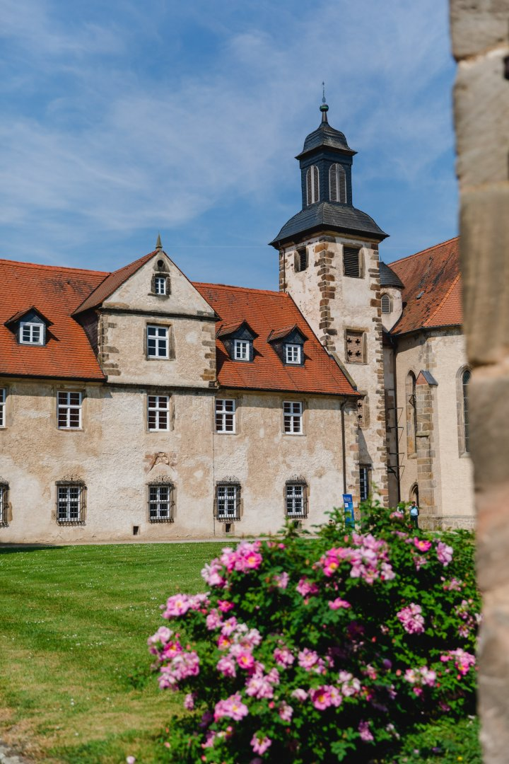 Building Property Wall Château Flower Architecture House Tree Plant Spring Sky Facade Stately home Estate Monastery Castle Medieval architecture Window Convent History Tourism Almshouse Abbey Church Home Vacation Garden Palace Wildflower Mansion