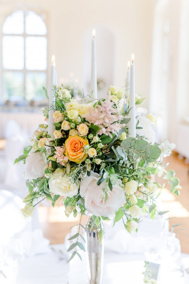 Bouquet Flower Centrepiece Flower Arranging Floristry White Yellow Floral design Cut flowers Green Plant Pink Rose Petal Rose family Tableware Wildflower Table Garden roses Wedding reception Artificial flower Branch Peach Interior design Rose order Flowering plant Building Artwork Wedding ceremony supply Ceremony