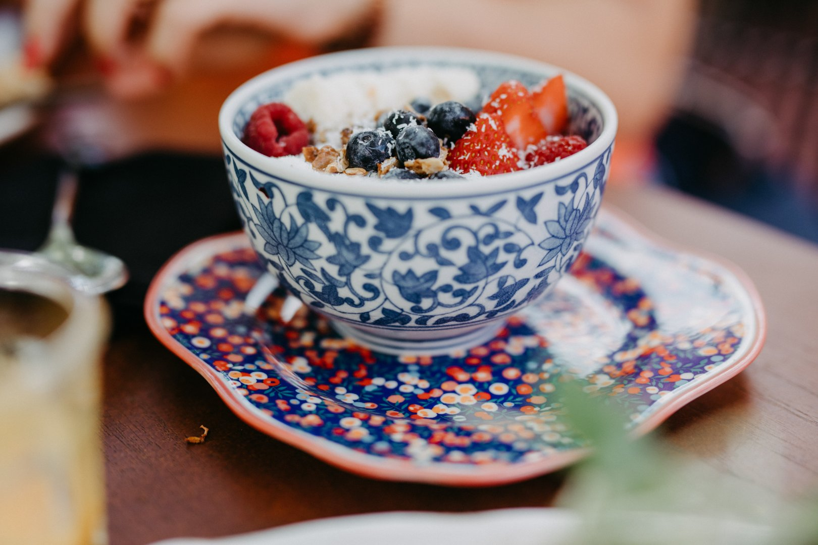 Food Cuisine Dish Ingredient Meal Frutti di bosco Breakfast Berry Produce Fruit Superfood Vegetarian food Tableware Fruit cup Dessert Brunch Plant Blueberry Bowl Blue and white porcelain Macedonia Brazilian food