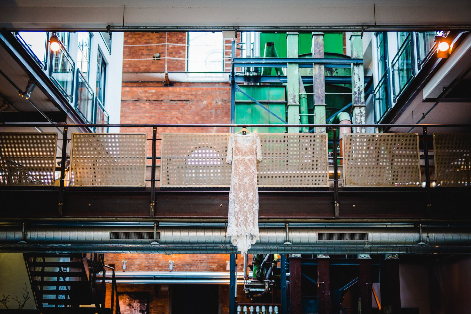 Urban area Transport Architecture Building Iron Glass Window City Daylighting Metal Symmetry Stairs Beam Interior design Reflection House Steel Ceiling