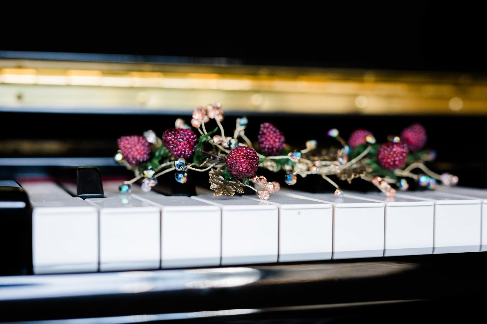 Pink Flower Floral design Floristry Purple Plant Technology Flower Arranging Piano Electronic device Still life photography Table Houseplant Petal Artificial flower Fashion accessory Magenta Cut flowers